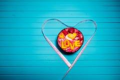 Concept de régime et de nutrition appropriée Les Smoothies roulent avec le fruit et la bande de centimètre sur un fond en bois de Images libres de droits