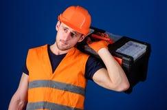 Concept de réparation et de rénovation Le travailleur, réparateur, dépanneur, constructeur fort sur le visage réfléchi effectue l Image libre de droits