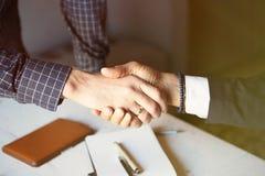 Concept de réunion d'association d'affaires Image de poignée de main de businessmans Poignée de main réussie d'hommes d'affaires  Images stock