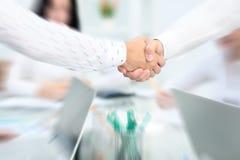 Concept de réunion d'association d'affaires Poignée de main de businessmans d'image Poignée de main réussie d'hommes d'affaires a Image stock