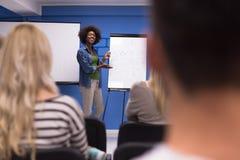 Concept de réunion d'entreprise constituée en société de séminaire d'orateur de femme de couleur photo stock