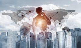 Concept de réussite commerciale et de contrôle avec le patron sûr sur le fond de paysage urbain Photographie stock libre de droits