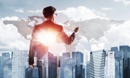 Concept de réussite commerciale et de contrôle avec le patron sûr sur le fond de paysage urbain Image libre de droits