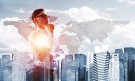 Concept de réussite commerciale et de contrôle avec le patron sûr sur le fond de paysage urbain Images stock