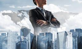 Concept de réussite commerciale et de contrôle avec le patron sûr sur le fond de paysage urbain Images libres de droits