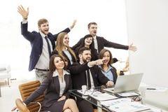 Concept de réussite commerciale - les affaires encourageantes team dans le lieu de travail dans le bureau Image stock