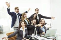 Concept de réussite commerciale - les affaires encourageantes team dans le lieu de travail dans le bureau Photo stock