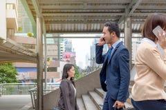 Concept de réussite commerciale : smartph professionnel d'appel d'homme d'affaires images stock