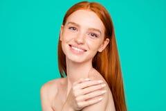 Concept de rajeunissement Portrait en gros plan des rouge-cheveux naturels nus image libre de droits