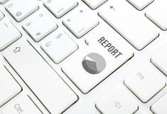 Concept de rapport de gestion. Clé de diagramme de secteur sur le clavier blanc Image libre de droits