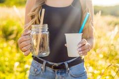 Concept de rebut zéro Employez un verre en plastique et une paille en plastique ou un MAS images stock