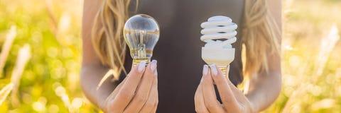 Concept de rebut zéro Utilisez une lampe à incandescence ou une lampe économiseuse d'énergie Concept de déchets, vert et conscien photographie stock libre de droits