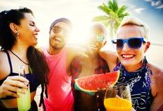 Concept de refroidissement de détente de vacances de plage d'amis Images libres de droits
