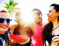 Concept de refroidissement de détente de vacances de plage d'amis Photos stock