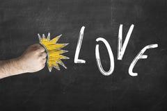 Concept de relations de divorce l'amour est allé - amour d'inscription de battements de poing sur le tableau Photos stock