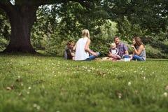 Concept de relaxation d'unité de pique-nique de générations de famille Image stock