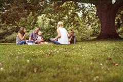 Concept de relaxation d'unité de pique-nique de générations de famille Photos libres de droits
