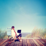 Concept de relaxation de Working Summer Beach d'homme d'affaires image stock
