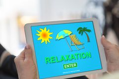 Concept de relaxation sur un comprimé images stock