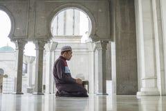 Concept de religion Prière musulmane asiatique d'homme photo libre de droits
