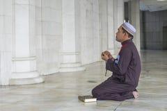 Concept de religion Prière musulmane asiatique d'homme images libres de droits