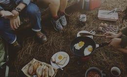 Concept de repos d'amis de destination de camping de petit déjeuner Photos stock
