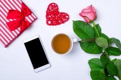 Concept de ressort : une tasse de thé, de fleurs et d'un smartphone sur un vieux Image libre de droits
