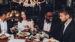 Concept de restaurant de réunion de dîner d'hommes d'affaires photo libre de droits