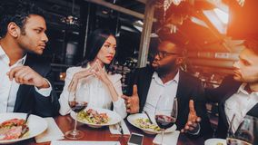 Concept de restaurant de réunion de dîner d'hommes d'affaires image stock