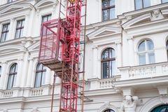 Concept de restauration de façade Beaux maison de Prague et ascenseur historiques d'échafaudage image stock