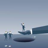 Concept de risque d'hommes d'affaires de soutien d'Over Hole Partner d'homme d'affaires de prise de main d'affaires Photo stock