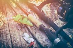 Concept de rotation d'amorce de wobbler de pêcheur à la ligne de fond de pêche Image stock