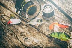 Concept de rotation d'amorce de wobbler de pêcheur à la ligne de fond de pêche Images stock