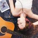 Concept de rythme d'écouteur de chanson de musique de plage de guitare de fille image stock