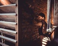 Concept de séance d'entraînement de formation de force de forme physique - fille sexy de sport de bodybuilder musculaire faisant  image libre de droits