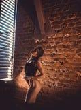 Concept de séance d'entraînement de formation de force de forme physique - fille sexy de sport de bodybuilder musculaire faisant  photographie stock