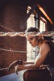 Concept de séance d'entraînement de formation de force de forme physique - fille sexy de sport de bodybuilder musculaire faisant  photographie stock libre de droits