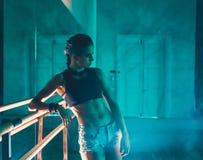 Concept de séance d'entraînement de formation de force de forme physique - fille sexy de sport de bodybuilder musculaire faisant  images libres de droits