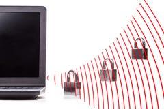 Concept de sécurité de réseau informatique avec le cadenas au-dessus de la vague de WIFI Image libre de droits
