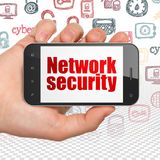 Concept de sécurité : Remettez tenir Smartphone avec la sécurité de réseau sur l'affichage Photos libres de droits