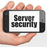 Concept de sécurité : Remettez tenir Smartphone avec le degré de sécurité de serveur sur l'affichage Images stock
