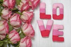 Concept de Saint-Valentin avec amour de lettres Images stock
