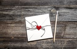 Concept de Saint-Valentin avec le livre blanc et coeur rouge sur la table en bois photographie stock