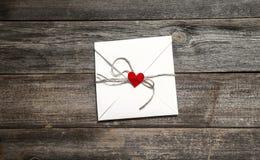 Concept de Saint-Valentin avec le livre blanc et coeur rouge sur la table en bois photos stock