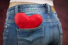 Concept de Saint-Valentin, coeur rouge dans la poche Image stock