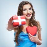 Concept de Saint Valentin, coeur rouge de prise de femme, boîte-cadeau. images stock
