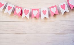 Concept de Saint Valentin hangingon blanc et rose de drapeaux une corde sur le fond rustique blanc Photographie stock libre de droits