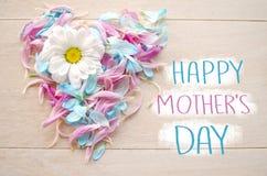 Concept de salutation de jour du ` s de mère Aimez le symbole sur la domestique en bois de fond par les pétales bleus et roses av Photos stock