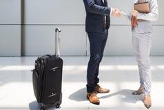 Concept de salutation de personnes de voyage d'entreprise constituée en société de poignée de main Image stock