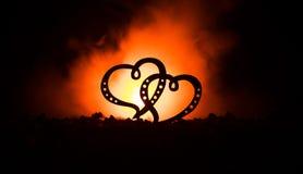 Concept de salutation de Valentine Deux coeurs sur le fond brumeux modifié la tonalité foncé Coeurs transparents Photos stock